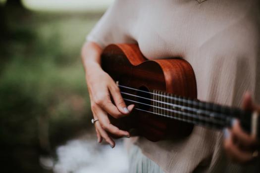 Nainen soittaa ukuelela